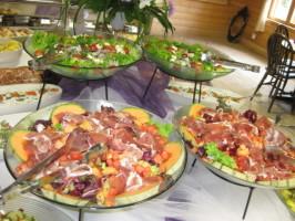 Melonia, erilaisia salaatinlehtiä, parmankinkkua, ...